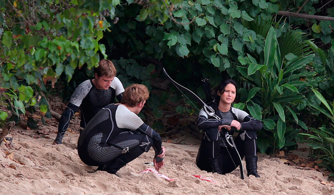 jennifer-lawrence-fish-eating-on-hunger-games-set-03.jpg